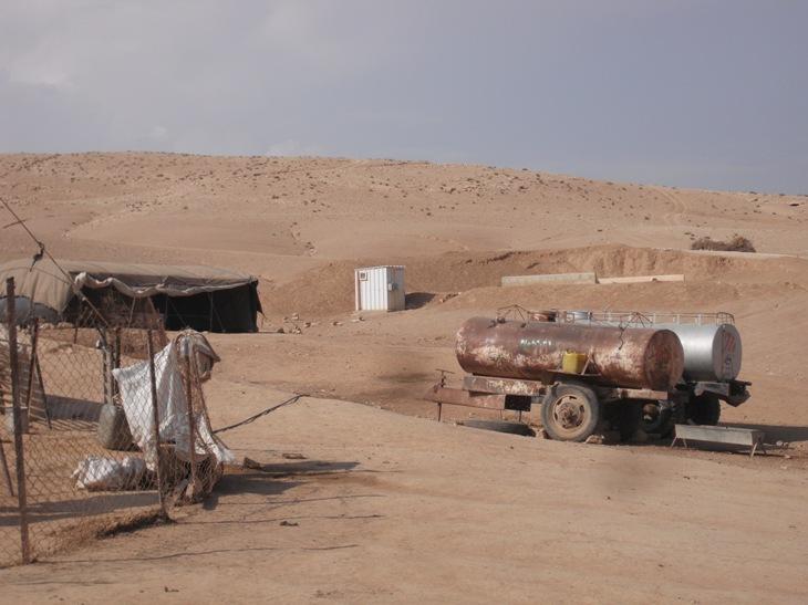 Cisterne per l'acqua, unico strumento per avere risorse idriche in Area C, nel villaggio di Dkaika, sud di Hebron (Foto: Nena News)