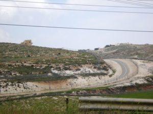 Il muro sotto forma di barriera elettrificata tra Beit Sahour e Gerusalemme (Foto: Nena News)
