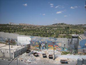 Il muro in cemento tra Betlemme e Gerusalemme (Foto: Nena News)